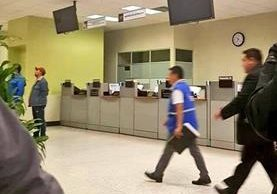 Agentes de la PDH acompañan a los estudiantes agraviados para interponer una denuncia en el MP. (Foto: PDH)