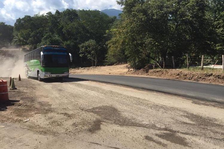 Bus pasa en el área donde se llevan a cabo trabajaos para asfaltar badén. (Foto Prensa Libre: Víctor Gómez).