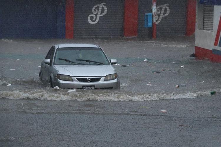 El agua dificultó el tránsito de vehículos y personas en la zona 1 de Escuintla. (Foto Prensa Libre: Enrique Paredes)