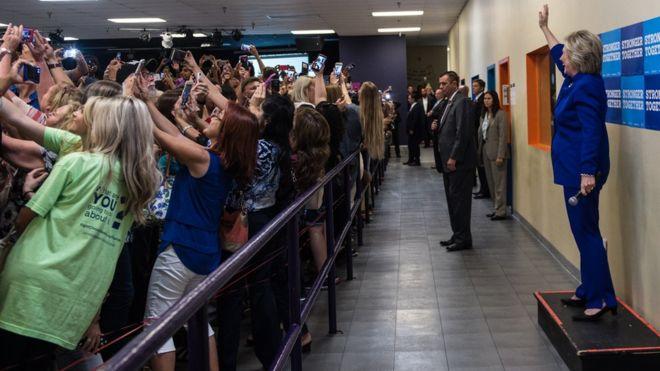 """""""Todo aquel que quiera una selfie, dese la vuelta ahora"""", dijo Hillary Clinton. Y sus votantes obedecieron. GENTILEZA BARBARA KINNEY / HILLARY FOR AMERICA"""
