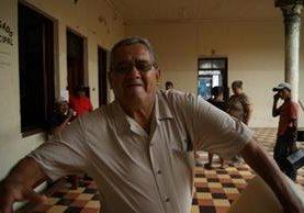 La fotografía muestra el momento en el que el alcalde Manuel Delgado se abalanza sobre el periodista Danilo López, en  la comuna de Mazatenango.