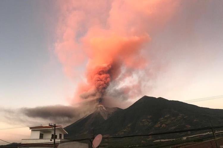 El humo y la ceniza expulsada por el Volcán de Fuego pintó de naranja el cielo de los guatemaltecos. (Foto Prensa Libre: Conred)
