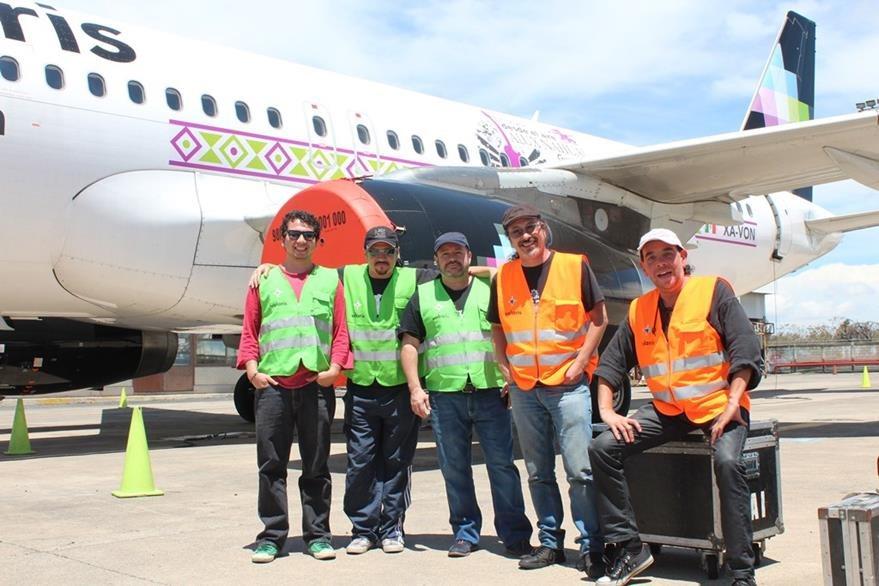 Los aluxes realizaron ensayo en el avión que ofrecerán show aéreo. (Foto Prensa Libre: Cortesía Alux Nahual)