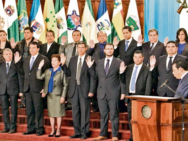 El presidente Jimmy Morales juramentó el 7 de marzo último a los 22 gobernadores departamentales. En esa ocasión defendió la procedencia de los nombrados.
