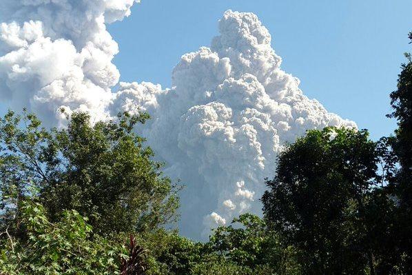 Nube de humo y ceniza es lanzada por volcán Santiaguito.