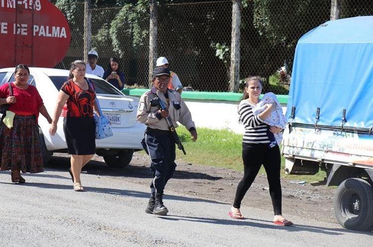 El malestar de las personas fue evidente, por caminar varios kilómetros. (Foto Prensa Libre: Dony Stewart)