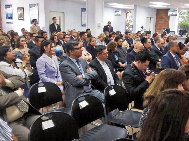 Asistentes observan el acto de presentación de las nuevas instalaciones del consulado de Los Ángeles. (Foto Prensa Libre: Gobierno de Guatemala)