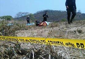 La PNC acordonó el área donde fueron encontrados los cuerpos. (Foto Prensa Libre: Estuardo Paredes)