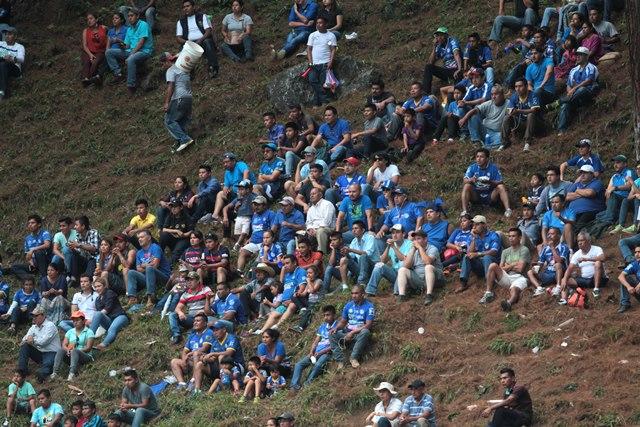 Los cobaneros disfrutan de cada partido que su equipo juega en el estadio Verapaz. Frente a los rojos fue una fiesta. (Foto Prensa Libre: Norvin Mendoza)