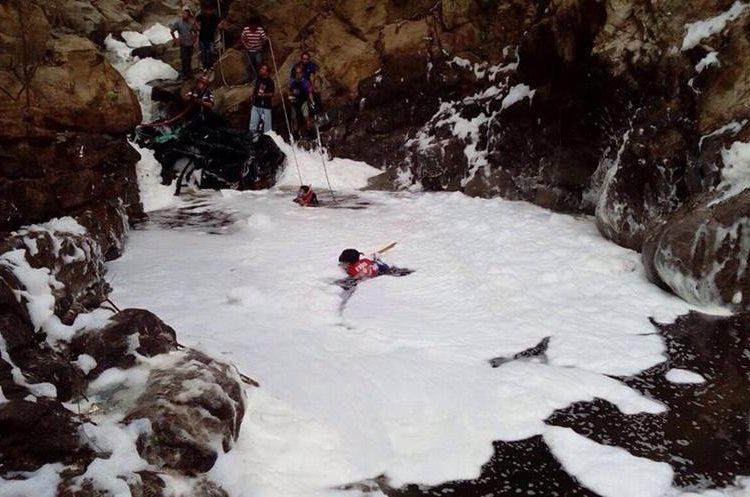 Buzos buscaron el cadáver del piloto en el fondo del río. (Foto Prensa Libre: CBM)