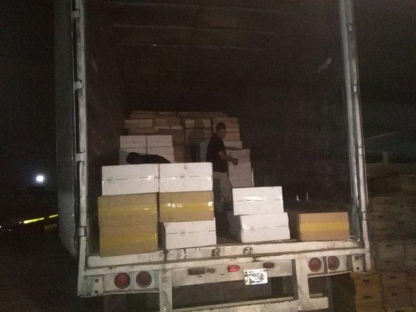 Mercadería de contrabando es contabilizada por autoridades, en Dolores, Petén. (Foto Prensa Libre: MP)