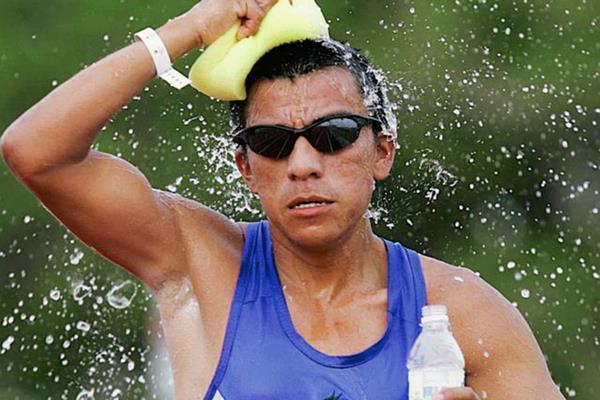 Julio Martínez, en una de las competencia que realizó durante su etapa como atleta. (Foto Prensa Libre: Hemeroteca PL)
