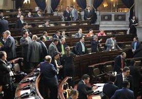 Diputados asisten a la sesión plenaria donde fue aprobada la Ley de dignificación de la comadrona. (Foto: Esbin García)