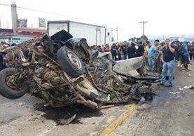 Vehículo en el que viajaban las víctimas quedó destruido en el km 71 de la ruta Interamericana. (Foto Prensa Libre: Víctor Chamalé)