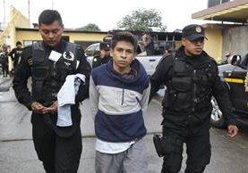 Primer capturado es trasladado al centro de operaciones que instaló la Policía. (Foto Prensa Libre: Paulo Raquec)
