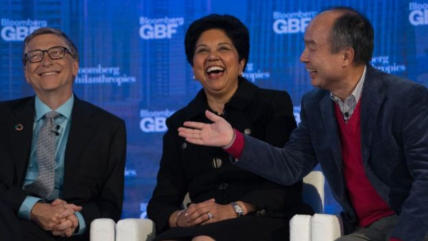 En el evento, además de Bill Gates (izda.), estuvieron presentes otros grandes empresarios, como Indra Nooyi (centro), directora ejecutiva de Pepsico, y Masayoshi Son (dcha.), del grupo SoftBank. MISHA FRIEDMAN/BLOOMBERG VIA GETTY IMAGES