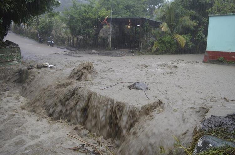 Una de las calles inundadas en San Diego, Zacapa. (Foto Prensa Libre: Mario Morales).