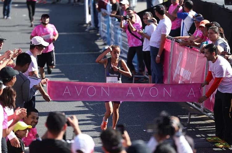 Heidy Villegas se enfila a cruzar la meta de los 10 kilómetros.