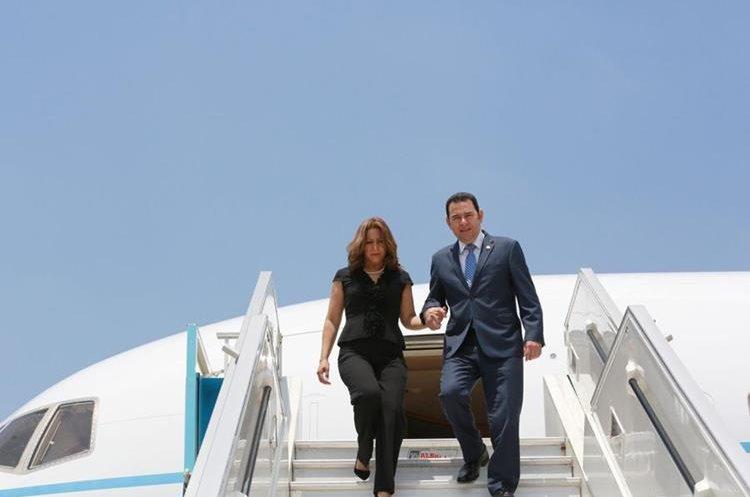 En el avión que transportó a Jimmy Morales y su esposa, también viajaron 44 personas, entre ellos, diputados y funcionarios de gobierno. (Foto Prensa Libre: Hemeroteca PL)