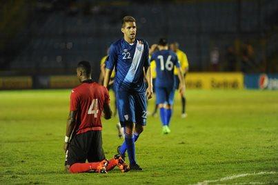 Minor Ignacio López Campollo se marcha cabizbajo del estadio Mateo Flores, por la derrota ante Trinidad y Tobago (Foto Prensa Libre: Óscar Felipe)