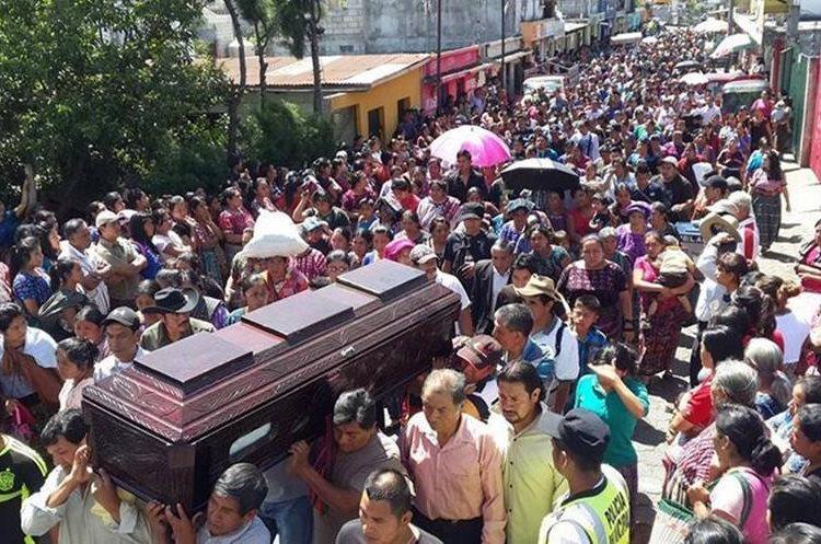Vecinos, amigos y familiares dieron el último adiós a Marleny Mucia Barán, en junio del 2016. (Foto Prensa Libre: Ángel Julajuj)