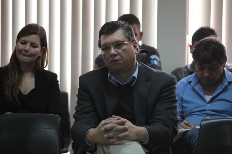 Gustavo Martínez,  al centro, durante la primera parte de la audiencia el Ministerio Público imputa varios delitos. (Foto Prensa Libre: P. Raquec)