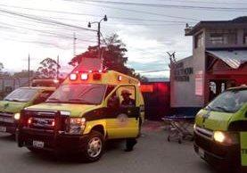Los Bomberos Municipales desplegaron cuatro unidades para atender la emergencia. (Foto Prensa Libre: CBM)