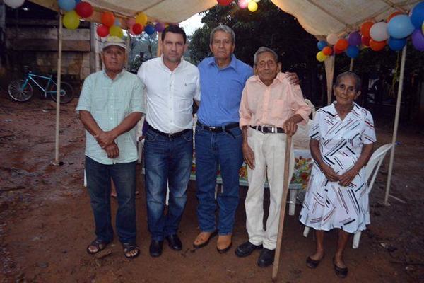 <p>Ambrosio Méndez —segundo de la izquierda—celebra junto a dos de sus hijos, un nieto y su esposa, en Guacamayo, Los Amates. (Foto Prensa Libre: Julio Vargas) <br></p>