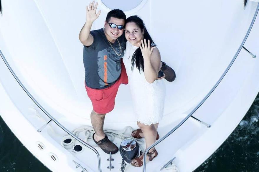 La feliz pareja sonríe, mientras Sagastume muestra su anillo de compromiso. (Foto Prensa Libre Dony Stewart)