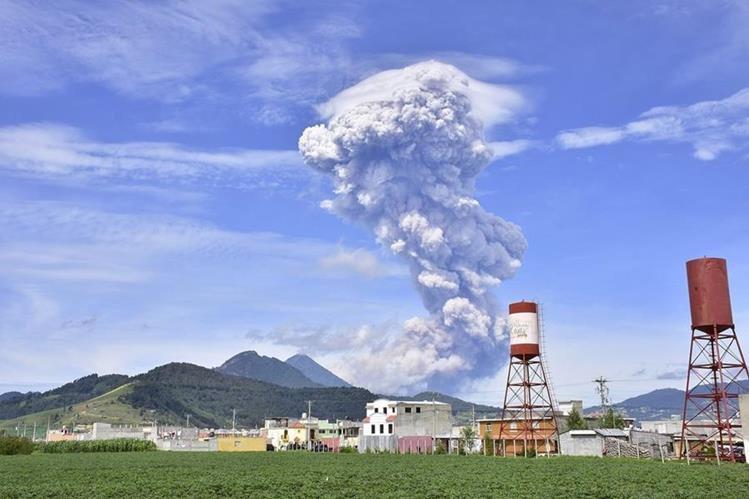 Erupción del volcán Santiaguito sorprende a vecinos de Quetzaltenango y Retalhuleu. (Foto Prensa Libre: EFE)