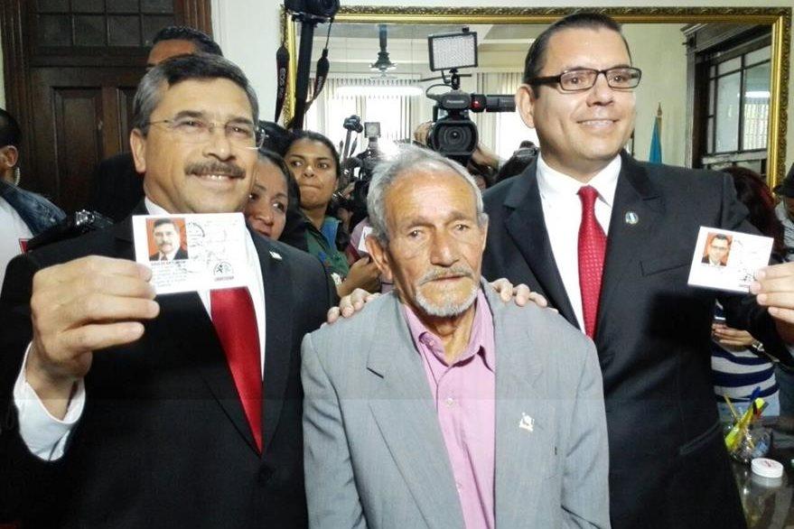 Egdar Barquín y Manuel Baldizón recibieron del TSE la credencial que confirma su inscripción. (Foto Prensa Libre: C. Álvarez)