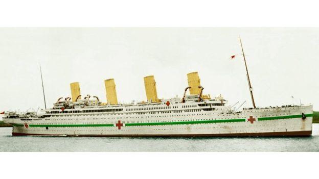Cuando el Britannic fue reconvertido en buque-hospital tenía este aspecto. (SOERFM, VIA WIKIMEDIA COMMOS)