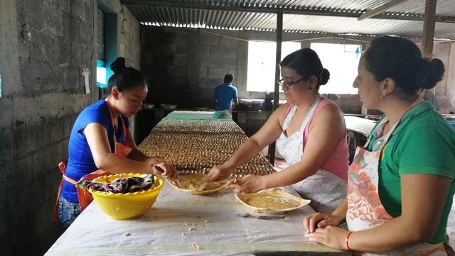 Emilia Ramírez -de verde - es la encargada de mantener las recetas y de modificar algunas, de acuerdo a la demanda. (Foto Prensa Libre: Oscar Felipe Q.)