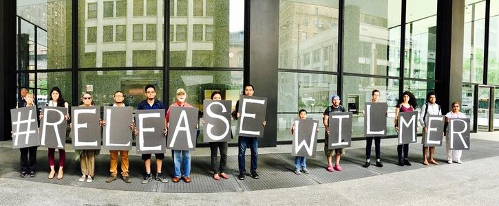 Personas protestaron en varias ocasiones afuera de la corte para pedir la libertad de Wilmer Catalán. (Foto Prensa Libre: Ocad)