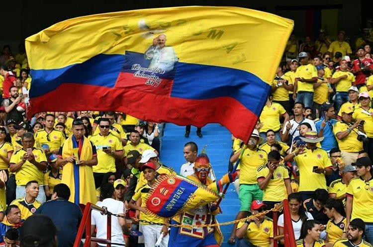 La afición colombiana tendrá que esperar para la última jornada para saber si su selección clasifica al mundial de Rusia 2018. (Foto Prensa Libre: AFP)