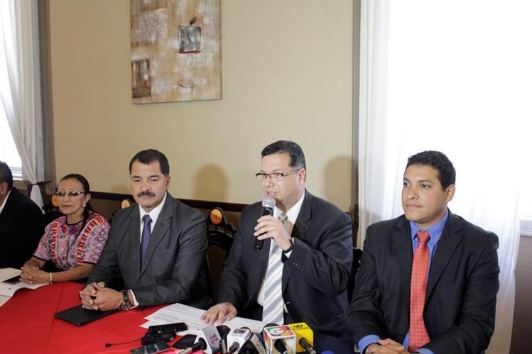 Exintegrantes del Concejo Municipal de Xela responden preguntas de periodistas y aseguran que faltante tiene su origen en una gestión anterior. (Foto Prensa Libre: María José Longo)