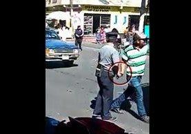 Momento que el que supuestamente se registra el ilícito, en Xela. (Foto Prensa Libre: Tomada de redes sociales).