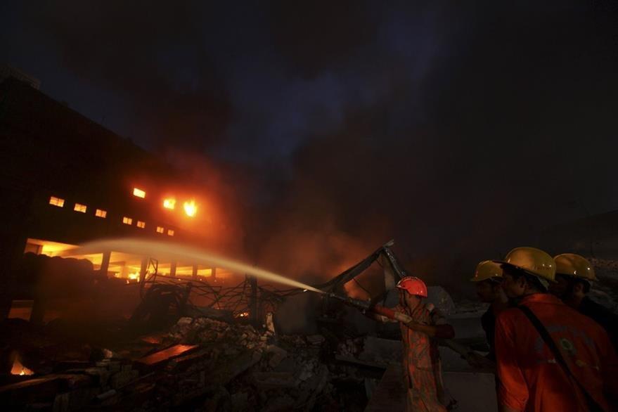 Incendio en Bangladés destruye fábrica de empaques. (AFP)