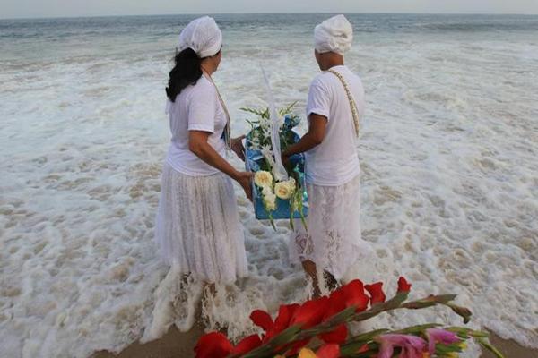 """<p>Seguidores de las religiones afrobrasileñas participan en un homenaje a Lemanjá, """"la Reina del Mar"""". (Foto Prensa Libre: EFE)</p>"""