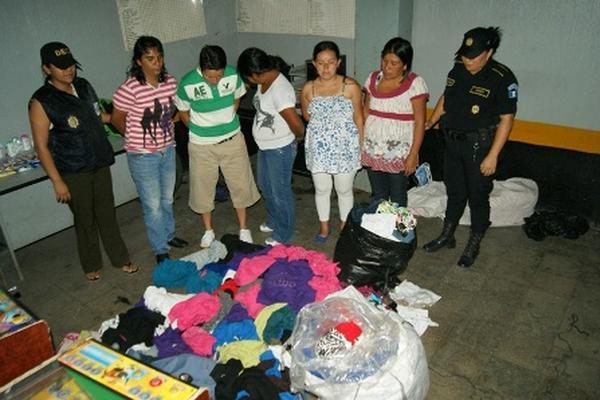 """<p>Las cinco mujeres capturadas por la Policía cuando sustraían mercadería de un local comercial. (Foto Policía Nacional Civil)<br _mce_bogus=""""1""""></p>"""