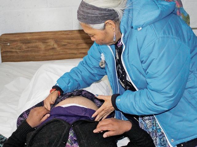 Comadrona atiende a una mujer en estado de gestación. Ellas, además de control prenatal y alumbramiento, también aconsejan sobre el cuidado del bebé. (Foto Prensa Libre: María J. Longo)