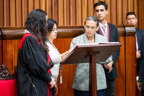 Socorro Hernández,(d) rectora del Consejo Nacional Electoral de Venezuela  firma un acta en el Tribunal. (EFE).