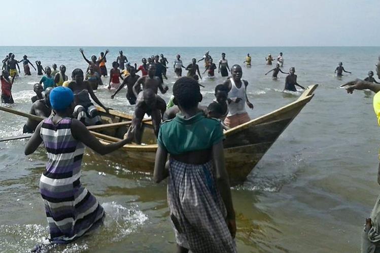 En Uganda se registran muchos accidentes en bote y ahora se vio afectado un equipo de futbol. (Foto Prensa Libre: AFP)