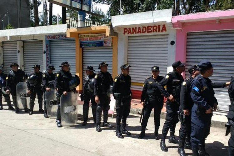 Un contingente de la PNC participa en el operativo efectuado en 37 locales comerciales de la ciudad de Quetzaltenango. (Foto Prensa Libre: Carlos Ventura)