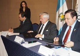 Ezrra Orozco viceministro de economía, Lionel López viceministro de finanzas y Gustavo Díaz del CHN firmaron convenio interinstitucional. (Foto Prensa Libre: Cortesía)