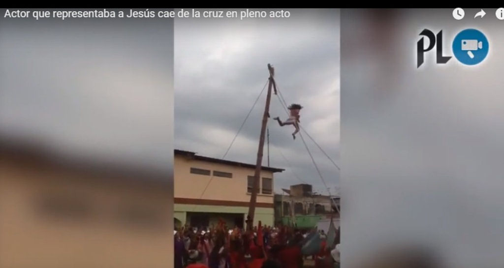 Momento en que actor cae de a cruz en Santa Bárbara Suchitepéquez. (Foto Prensa Libre: Tomada de Facebook).