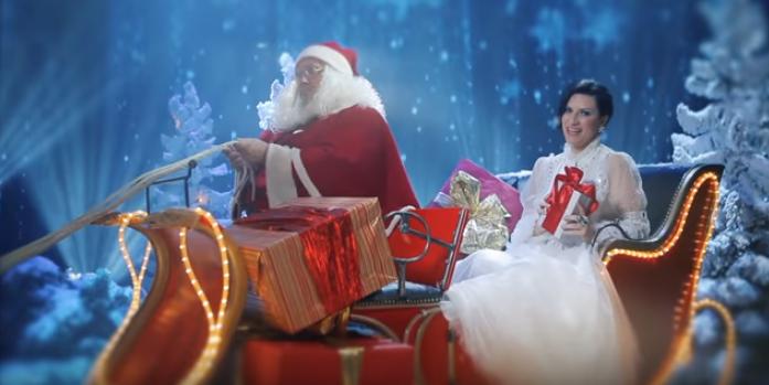 Laura Pausini estrenó el video de la canción Santa Claus llegó a la ciudad. (Foto Prensa Libre: YouTube)