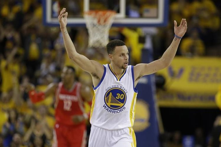 La estrella de los Warriors de Golden State, Stephen Curry, no padece daño estructural en su tobillo derecho. (Foto Prensa Libre: AP).