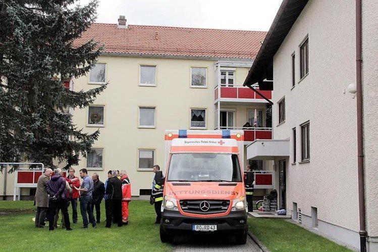Una ambulancia espera afuera del edificio donde ocurrieron los hechos. (Foto Prensa Libre: AFP).