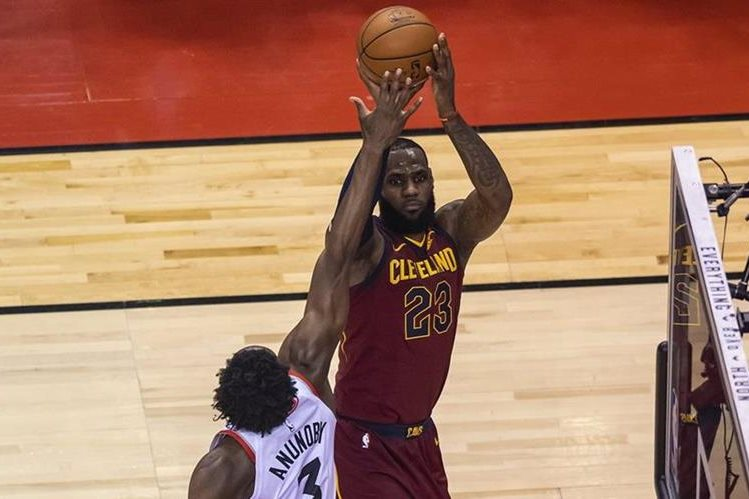 Triple-doble y Cavs ganan — LeBron